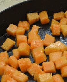 A sütőtököt gondosan összeaprítjuk, serpenyőben puhára pároljuk olívaolajon.