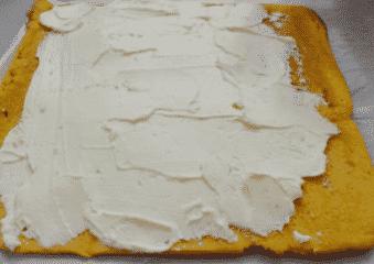 Igazítjuk el rajta a sajtkrémet a piskótán.