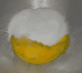 A tojássárgájához hozzáadjuk a cukrot.