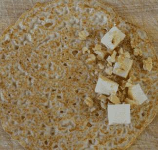 Helyezzük bele a sajtot  és a dióba palacsinta tésztába. Töltjük a palacsinta négy sajttal és dióval.