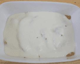 A palacsinta négy sajtból és dióval hamarosan elkészül. Öntsük rá a bechamel mártást a palacsintákra.