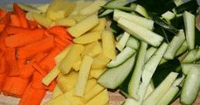Az zöldségek összedarabolása.