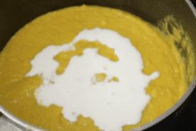 Hozzáadjuk a tejszínt a leveshez. Főzzük egy pár percig, már el is készültünk vele.