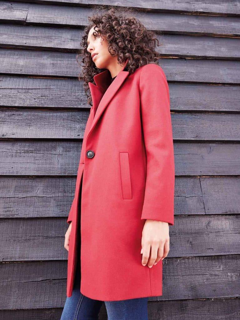 Női kabátok. Tegyünk egy sétát utcán bíborvörös kabátban, ez a merész stílus minden bizonnyal felfigyelnek rád!