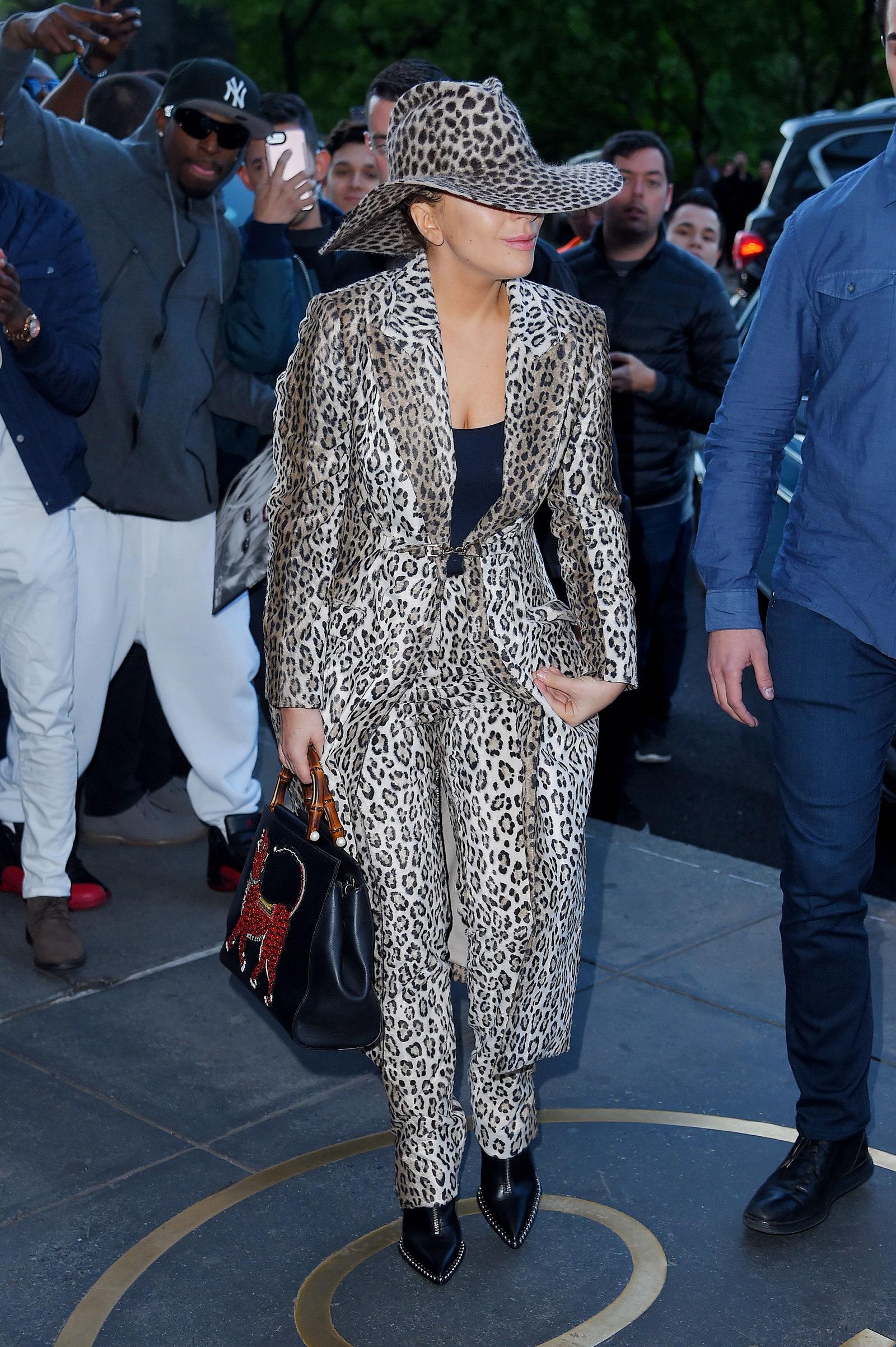 """A leopárd kabát, női kabátka,  amely azt mondja: """"Hé, én itt vagyok"""""""