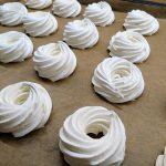 Habkarika recept videó habkarika készítése Egyszerű és gyors habkarika házilag készült, pláne a saját magunk által a készített. A habkarika házilag recept videó receptben habkarika formázása. Hogyan tudjuk magunk összeállítani elkészíteni, megtudhatjuk hogy alakítható ki a habkarika forma a videó alapján. citromos hab, tojás fehérje hab, habkarika, habkarika recept, habkarika készítése, karácsonyi habkarika, habkarika ára, habkarika készítése házilag, színes habkarika recept, diabetikus habkarika, habkarika egyszerűen, diós habkarika, habkarika vásárlás