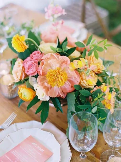 Coral Charm bazsarózsa esküvő asztaldísz