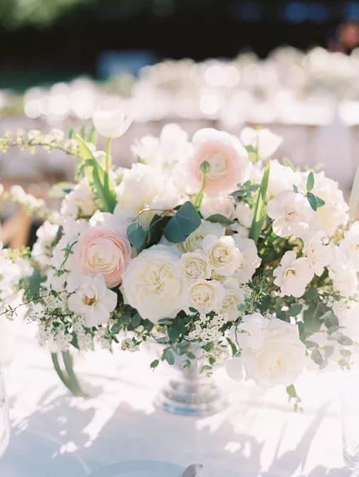 Kert által inspirált rózsa esküvő asztaldísz