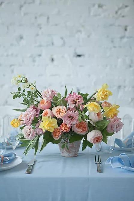 Klasszikus nárcisz esküvő asztaldísz