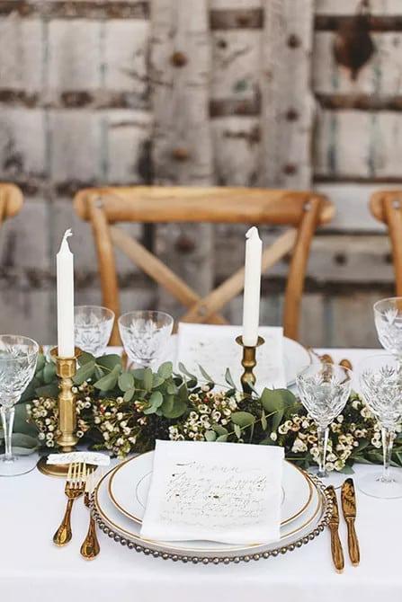 Koszorú és viaszvirág esküvő asztaldísz