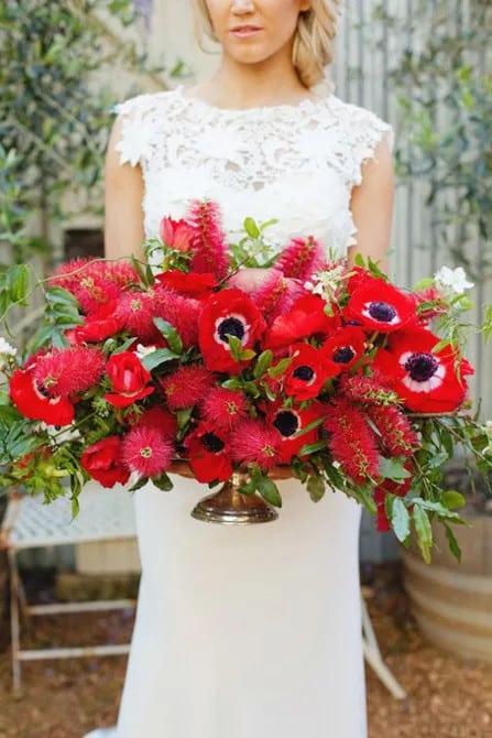 Piros kökörcsin közép esküvő asztaldísz