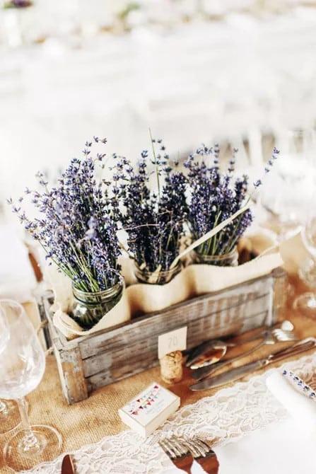 Rusztikus levendula esküvő asztaldísz