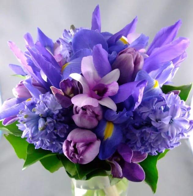 Kék és lila menyasszonyi csokrok