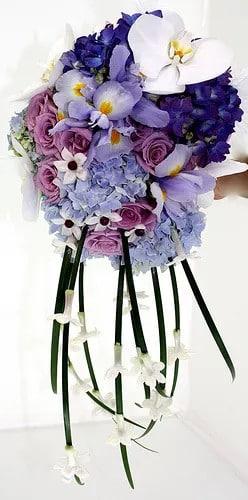 Lépcsőzetes kék menyasszonyi csokrok