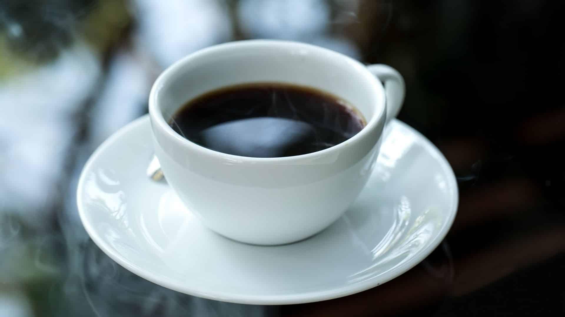 A kávékultúra felemelkedése izgalmas néhány kávé rajongó számára. Egyesek számára azonban elsöprő lehet a speciális kávézók menüiben történő navigálás. Őszintén szólva egyes üzletek görögül is írhatják őket. Ha még nem ismeri a különféle kávéitalokat, akkor elgondolkodhat azon, hogy melyik ital felel meg legjobban az ízlelőinek. Vagy talán egyszerűen többet szeretne tudni az Americano kávé - ról, mint amilyen fülbemászó dallamról van szó. Ezért vagyunk itt.