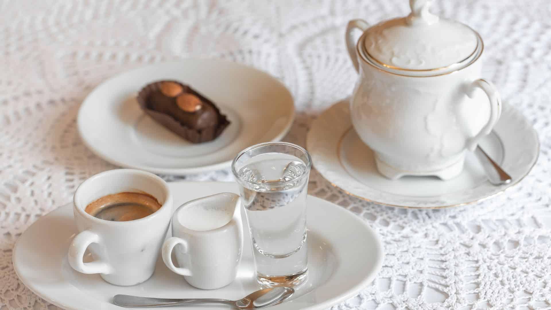 """Bécsben tartózkodik, és itt még nem próbálta ki, hogy milyen a bécsi kávé. Akkor mindenképpen kimarad valahogy. Bécs nagy kávé kultúrával rendelkezik, amely jó ideje visszanyúlik. Ahhoz, hogy Bécsben valóban élvezhesse a kávét, el kell mennie egy hagyományos kávéházba, vagy a """"Kaffeehaus"""" -ba, amint itt, Bécsben, Ausztria ismert. Érdekes módon évszázadok óta a bécsi történelem részét képezik, 1683-tól kezdődően. Az évek során ezek a kávéházak határozottan befolyásolták a bécsi kultúrát. Találkozási pontként szolgálva az üdvözlésre jött zenészek, filozófusok, írók és művészek számára. Gondjaik elmúlnak, gondolkodj és lazíts egy csésze kávé mellett. A kávéházakat ma is találkozási pontként használják barátok, üzleti partnerek és más szakemberek körében."""