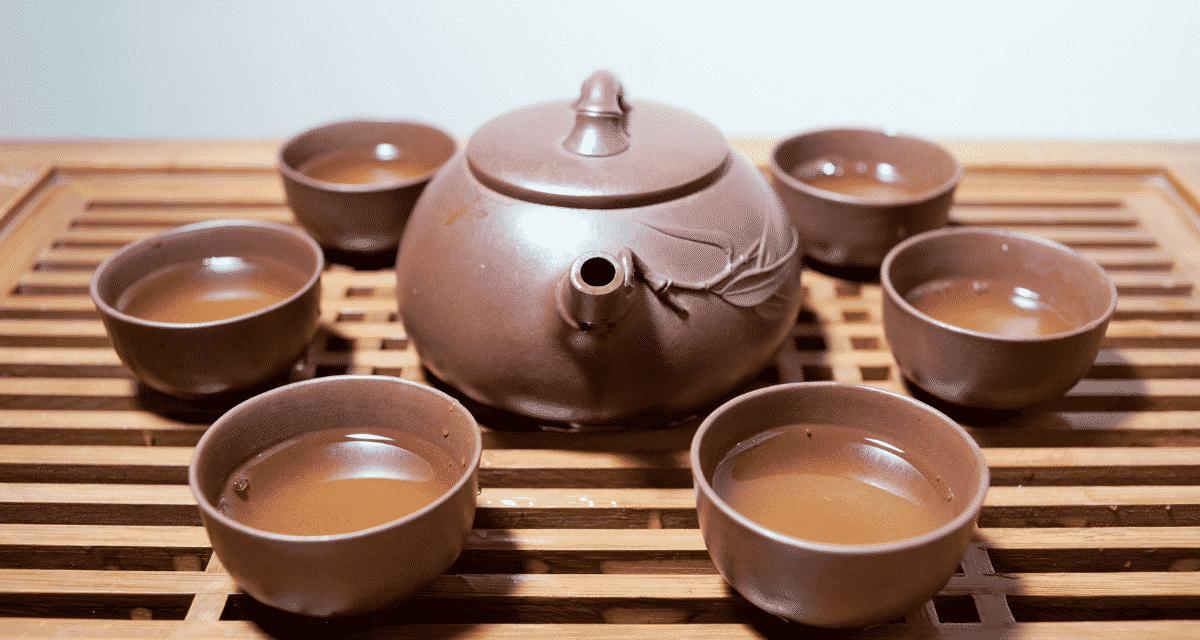 A cickafark tea egy gyógytea, amelyet régóta összefüggenek a vágások és sebek kezelésének képességével. Az emberek évszázadok óta igénybe veszik ezt az európai gyógynövényt a gyulladás kezelésére és a bőr fertőtlenítésére.