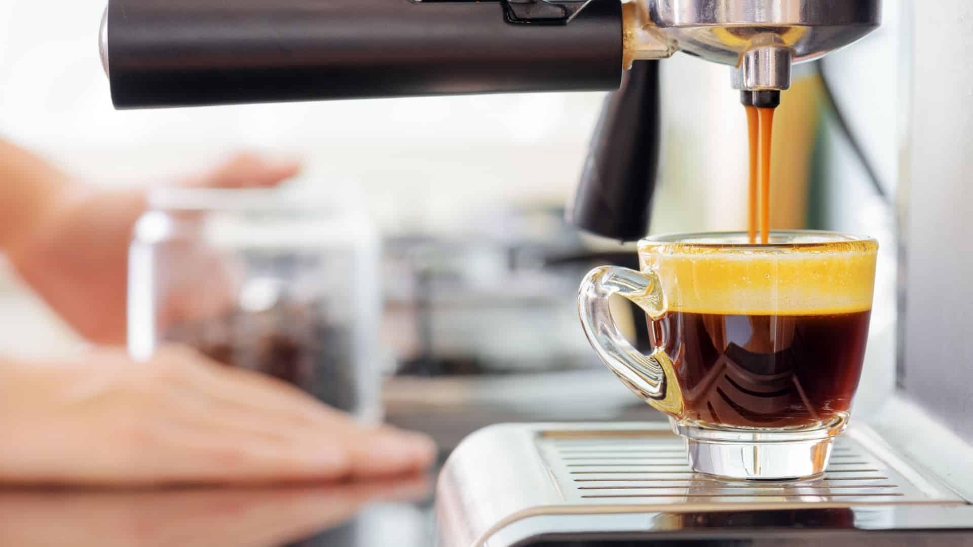 Mi különbözteti meg a kávét és az eszpresszó kávé? A bab? Az őrlés? A főzési módszer? Jobban megnézzük.