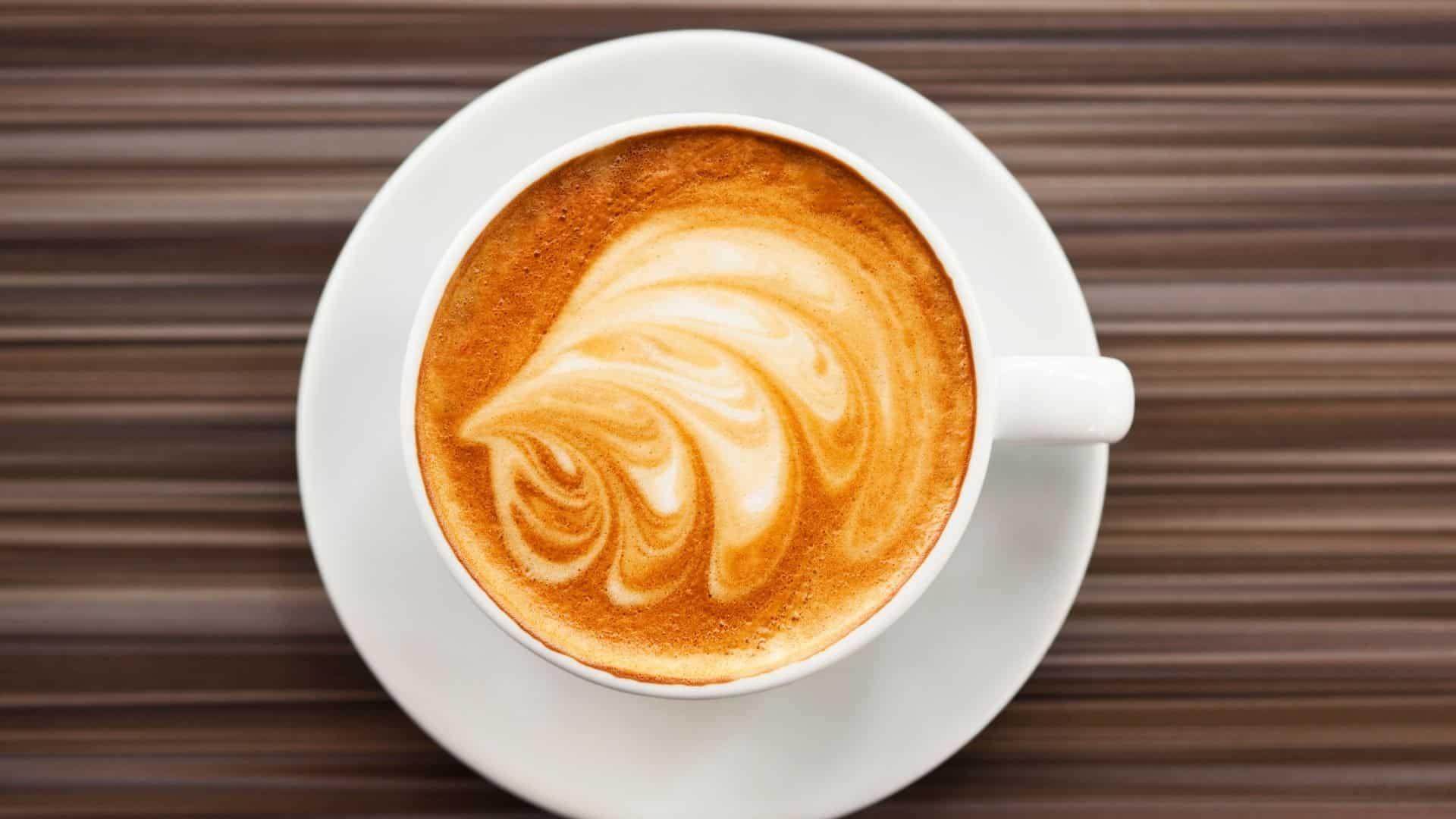 Flat white kávé? Sorban állsz, és gyorsan megpróbálod kitalálni a menüt, az italok többségét, amelyekről még soha nem hallottál. A barista átadja az előtted lévő srácnak az italát, majd felnéz rád. Mielőtt kitalálta, mit akar, a barista kéri a megrendelést. Pánikba esve kiáltja a menü első elemét, amelyet lát, egy flat white kávét.