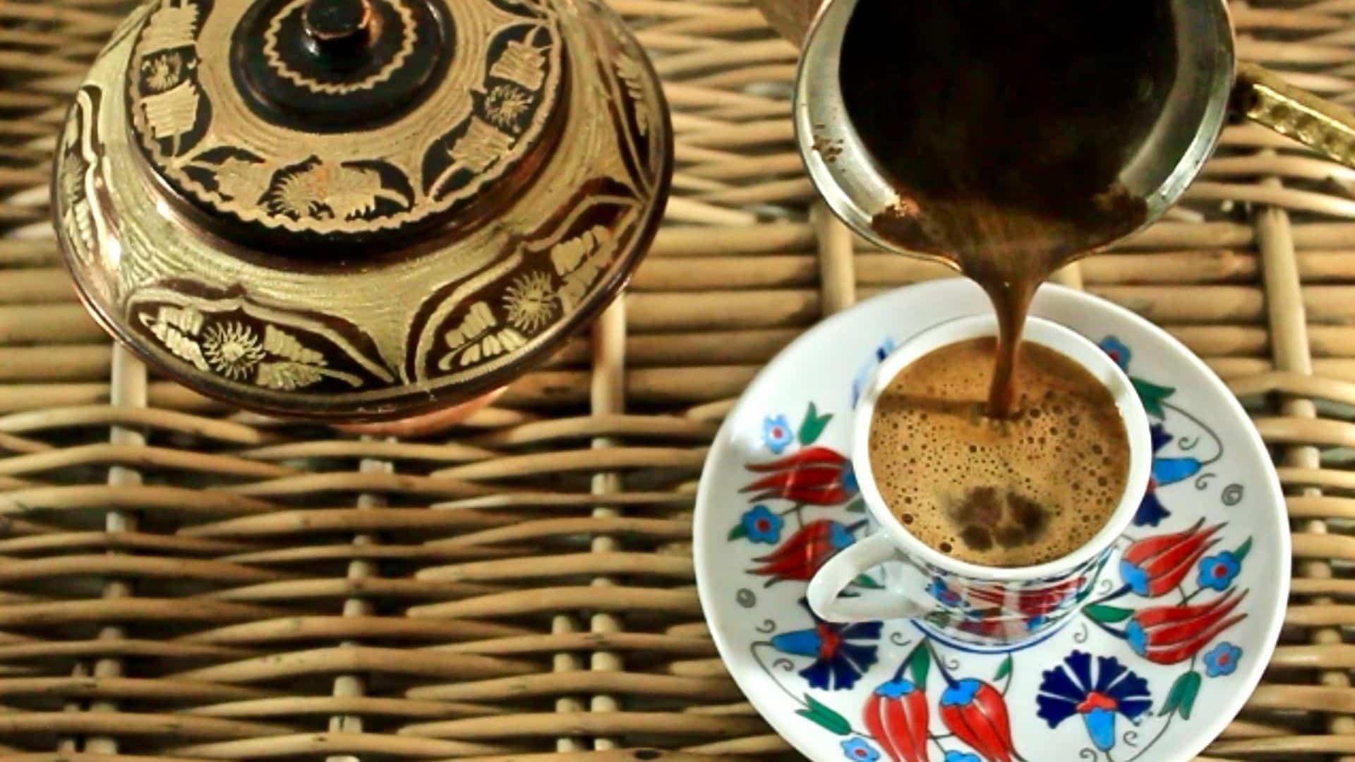 Ez a házi készítésű Dalgona Latte a végső habos kávé - egy felvert kávé egy instant kávé por felhasználásával, melegen vagy jégel tálalva zabtej mellett!. Ezenkívül a recept után frappáns habos kávé képek látható.