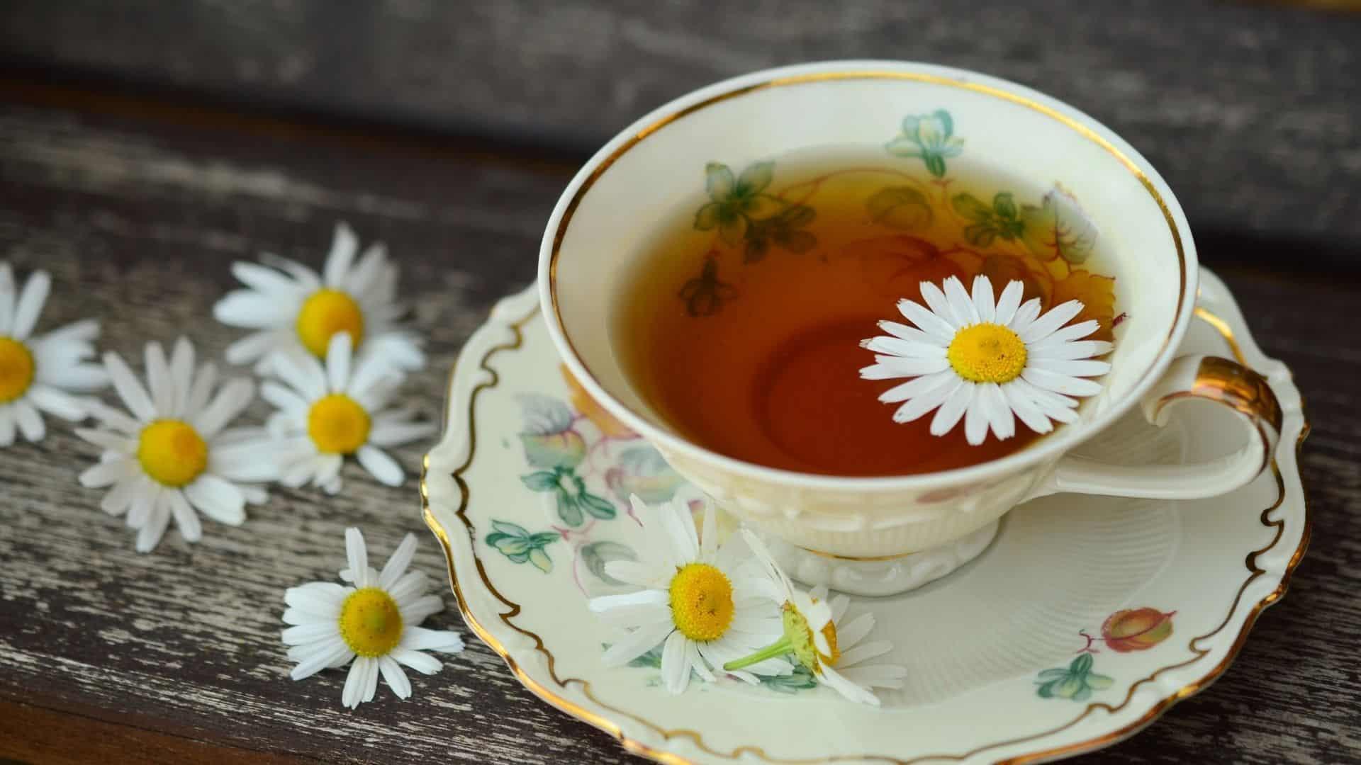 Vannak, akik úgy gondolják, hogy bizonyos teák mágikus tulajdonságokat tartalmaznak, és amikor kamilláról van szó, nem feltétlenül tévednek. A kamilla tea gyógyító hatása előnyei az alvás segítéséről az emésztés elősegítéséig terjednek, és az ital akár szerepet játszhat a szív egészségében is.