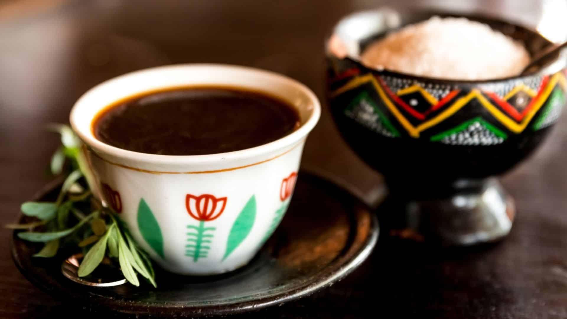 Kulturális szempontból a kávé az etióp és jemeni történelem jelentős része. Ez a kulturális kávé eredete jelentőség már 14 évszázadra nyúlik vissza. Ekkor fedezték fel (vagy nem) a kávét Jemenben (vagy Etiópiában ... attól függően, hogy kiket kérdeznek). Az, hogy a kávé eredete és kávét először Etiópiában, vagy Jemenben használták-e, vita tárgya. Minden országnak megvannak a maga mítoszai, legendái és tényei az ital eredetéről.