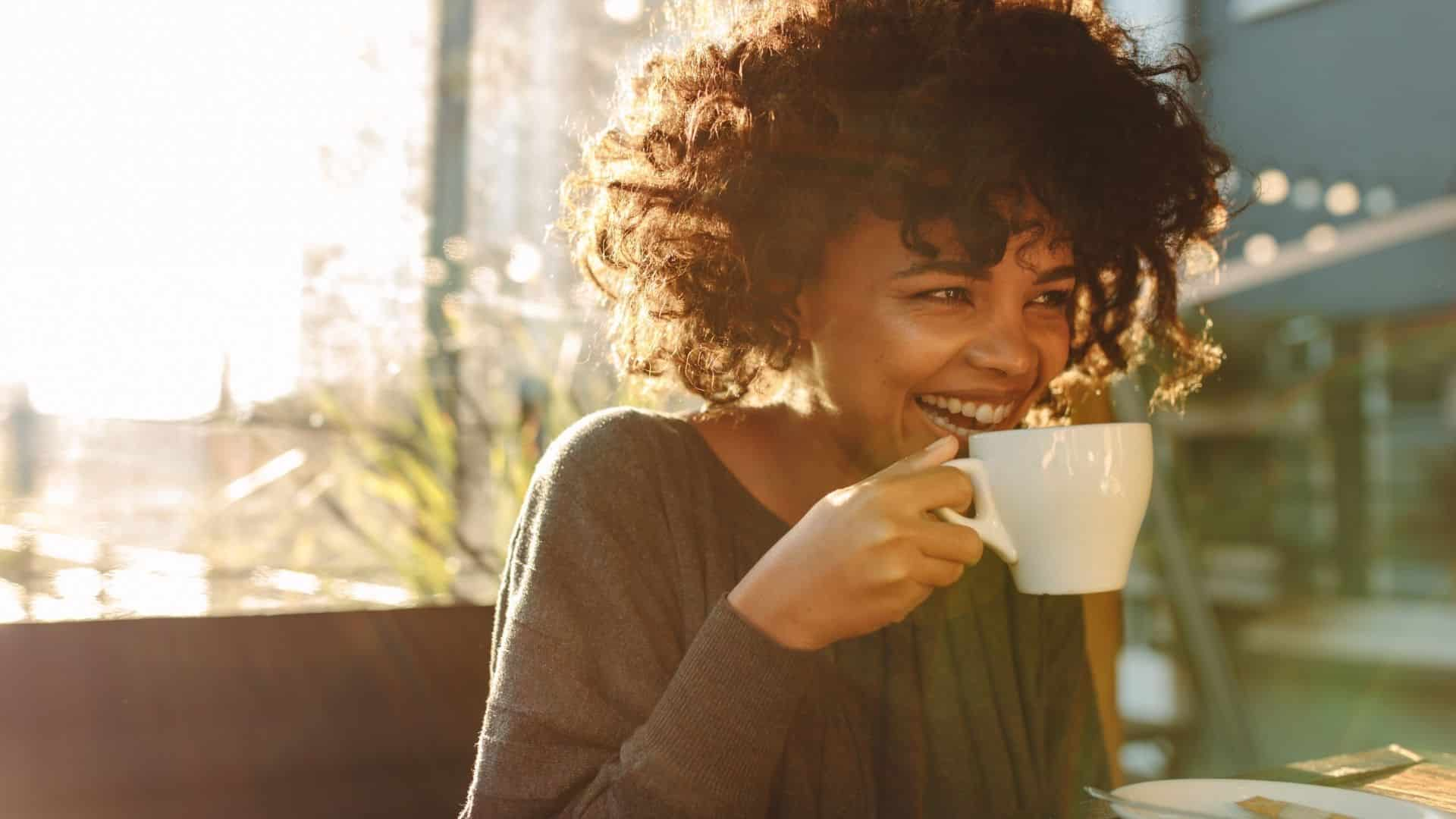 Ez nem meglepő, hogy a 64 százaléka az amerikai felnőttek számolnak iszik legalább egy csésze kávé ivás naponta. 11 százaléka egy óriási, négy vagy annál több kávé ivás! Mi több, átlagos akár három csésze kávét iszik naponta. Annyi ember kavargatja a kávét, ezért úgy döntöttünk, hogy belevetjük magunkat a dolgok árnyaltabb és meglepőbb listájába, amelyeket a kávé tehet az emberi test számára.