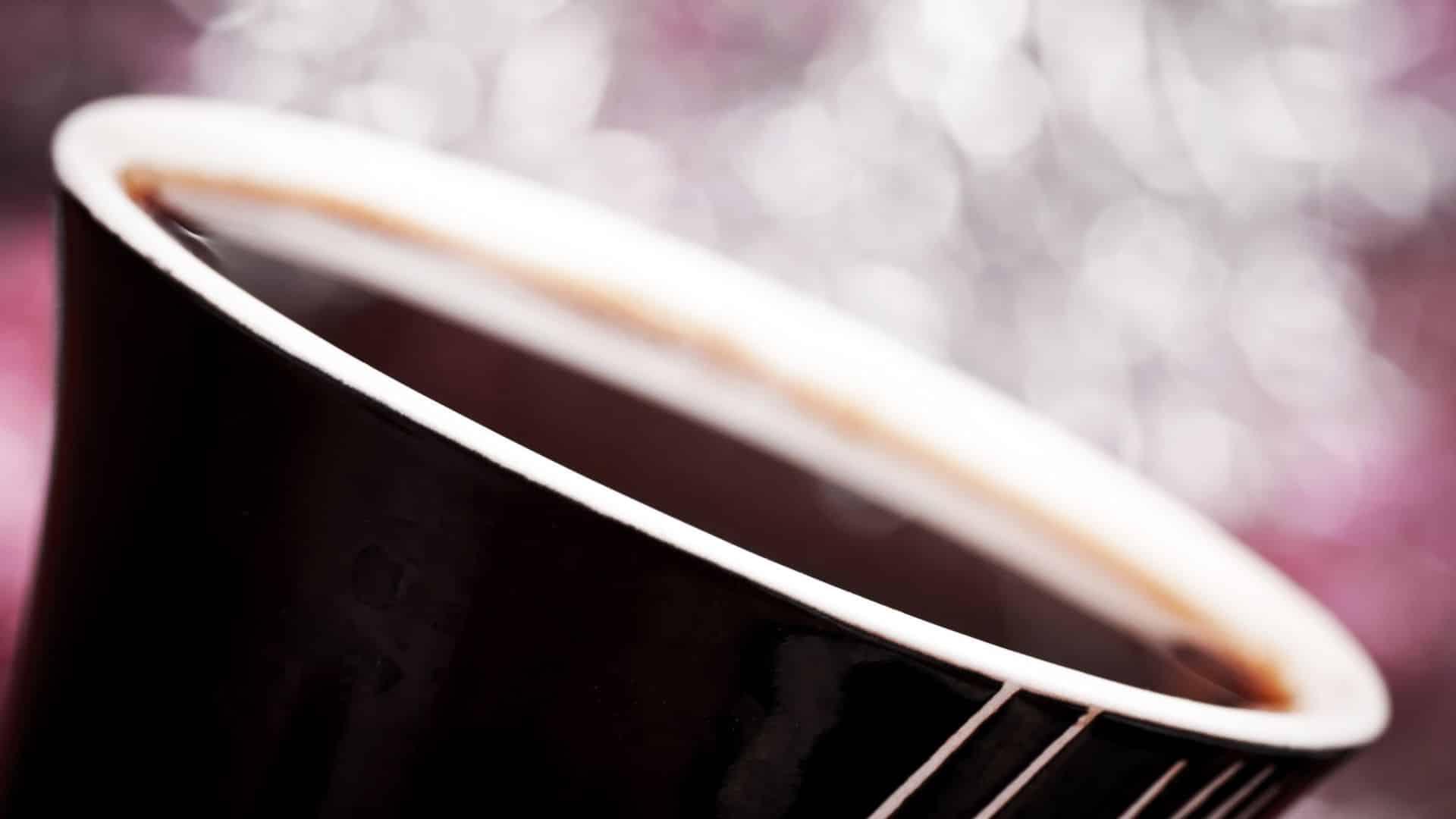 A kávé legismertebb összetevője a koffein, a világ legszélesebb körben fogyasztott pszichoaktív anyaga. Az emberi szervezetre gyakorolt jótékony hatásait meglehetősen jól kutatták, de a kávé egészében összetett ital ezer különböző anyaggal. Egyes tanulmányok szerint a koffeinmentes és a koffeintartalmú kávénak ugyanazok az egészségügyi hatásai lehetnek, kávé jótékony hatása és azt sugallják, hogy nem a koffein felelős a kávé legtöbb egészségügyi előnyéért.