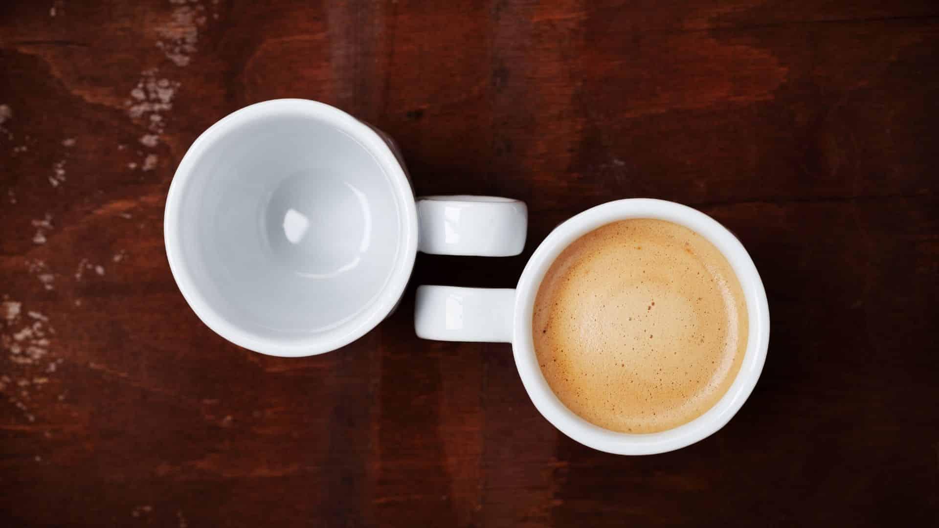 A kávé az egyik legnépszerűbb ital a világon. Az emberek naponta többször isznak kávét arra hivatkozva, hogy ez éber és koncentrált marad. És igen! Igen. A hatás a stimulánsok, a koffeinnek, kávé káros hatásai köszönhető.