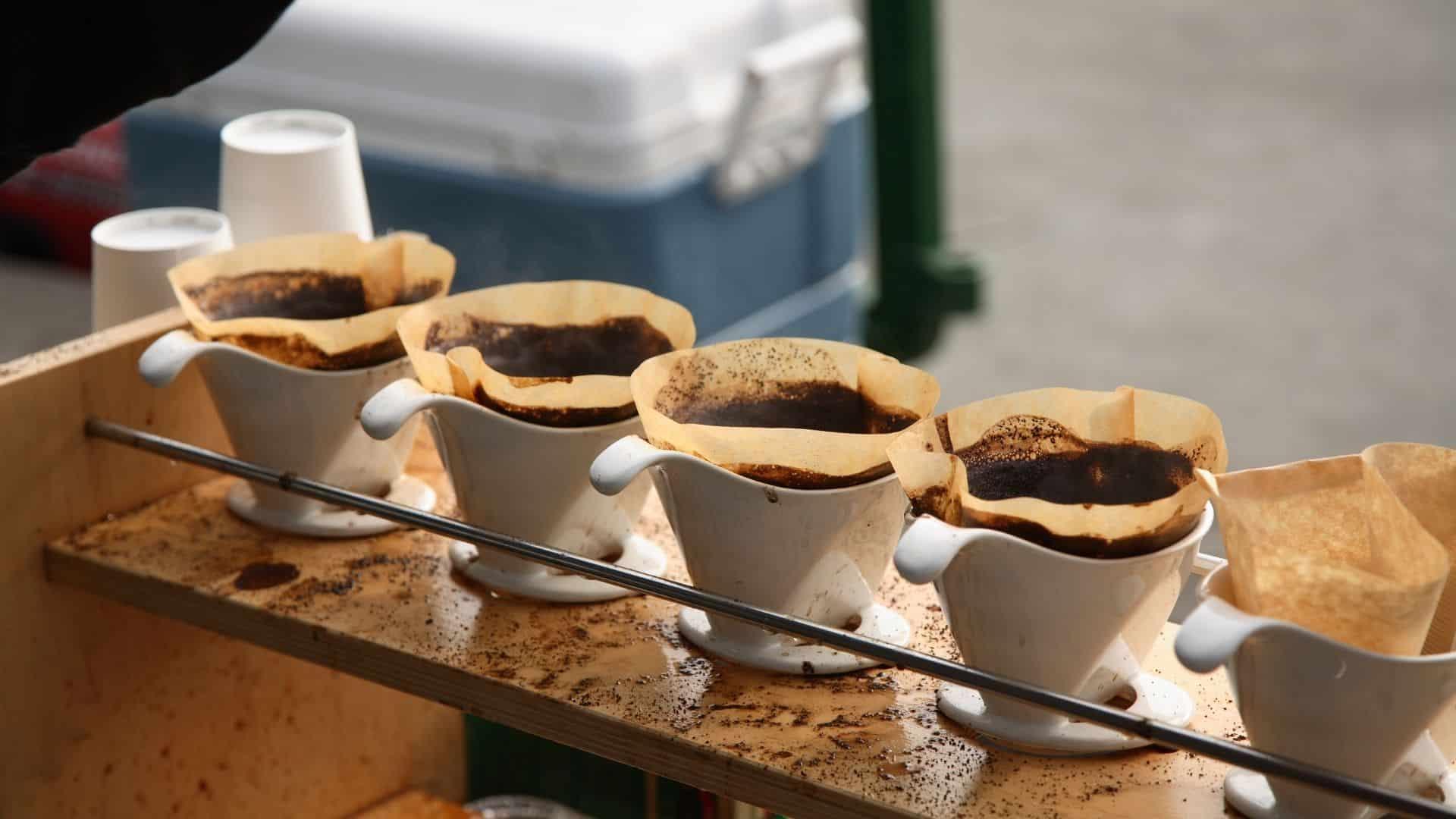 A kávé népszerű ital, és valószínűleg a leggyakoribb koffeinforrás. A kávé koffeintartalma jelentősen változhat számos tényezőtől függően, beleértve a típust, a főzési módszert és a márkát.