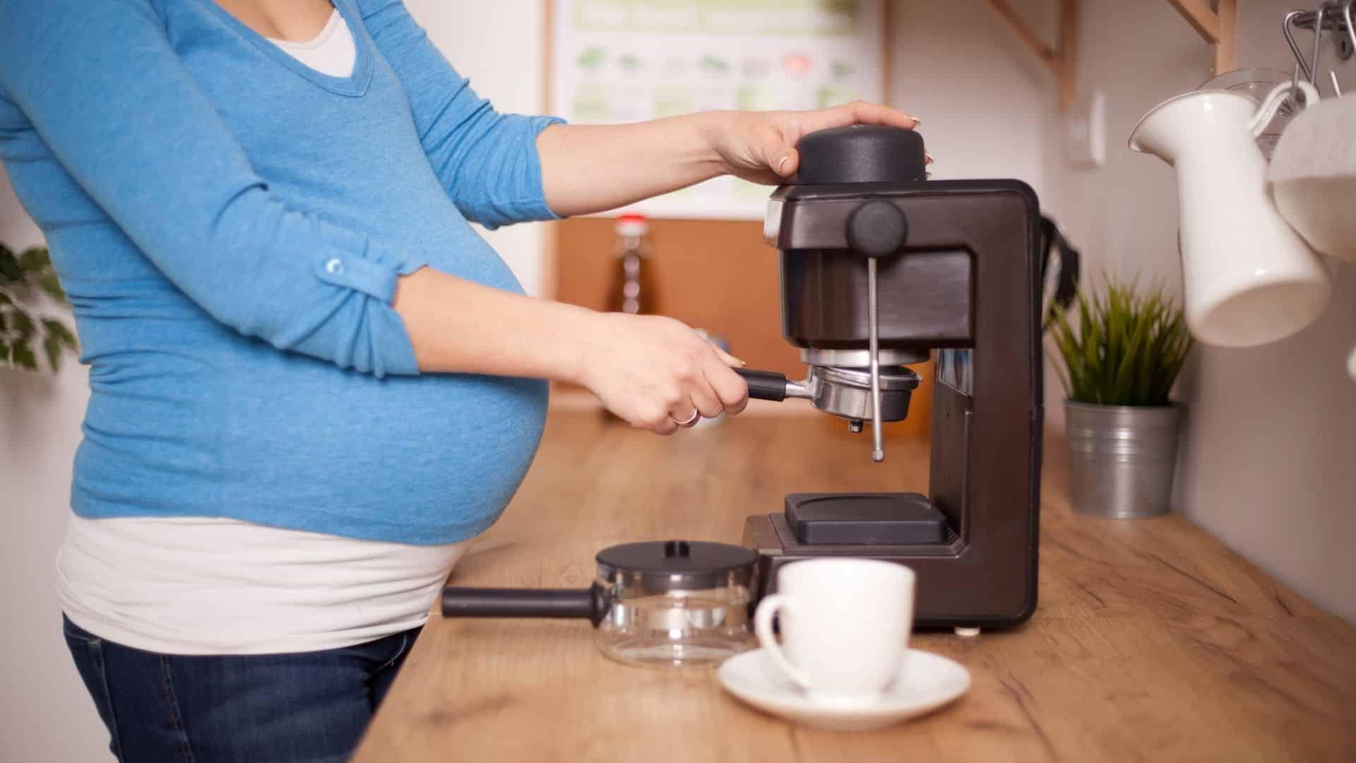 A legjobb, ha kávé terhesen a lehető legnagyobb mértékben korlátozza a koffeinbevitelt, mivel a magas szintet a terhességi szövődményekhez kötik. Koffein táblázat segítségével megtudhatja a napi koffein bevitelét.