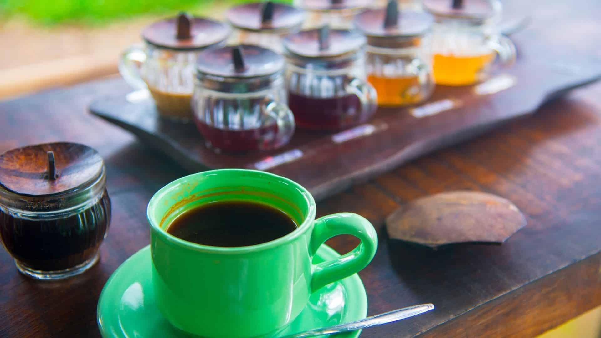 A kávét nagyra becsülik, az egész világon termesztik és fogyasztják. A legfelső fokán a kávé nagyon hasonlít a szarvasgombára, a kaviárra vagy az érlelt Bordeaux-ra . Nagyra becsülik egy toronymagas árcéduláig, ezek legdrágább kávé a világon, amivel gyakran flörtölnek.
