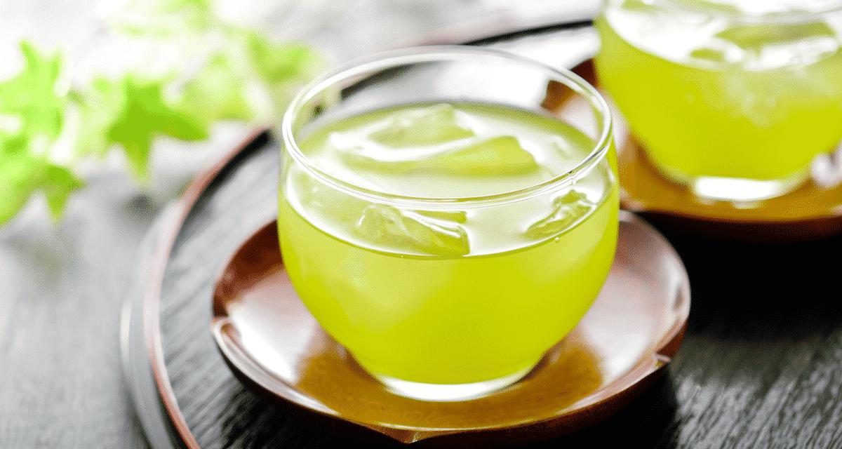 A zöld tea az egyik legegészségesebb ital. A Camellia sinensis növényből származik. A zöld tea tartalmaz egy antioxidánst, az úgynevezett EGCG-t, amely képes harcolni a különféle betegségek, például a rák, a szívbetegségek és az elhízás ellen. De új kutatások azt mutatják, hogy a napi túl sok zöld tea fogyasztása mellékhatásokkal járhat. Ebben a cikkben Pickwick zöld tea hatása és 15 zöld tea mellékhatással fogunk foglalkozni, valamint megvitatjuk az ideális adagolást és az egyéb óvintézkedéseket, amelyeket meg kell tennie. Kezdjük!