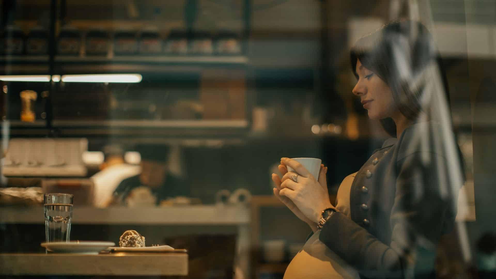 Terhesség kávé? Mennyi koffein biztonságos? Ah, semmi sem veri először az első korty kávét reggel. A terhesség kávé, tea, vagy üdítő segített elindítani a napot.