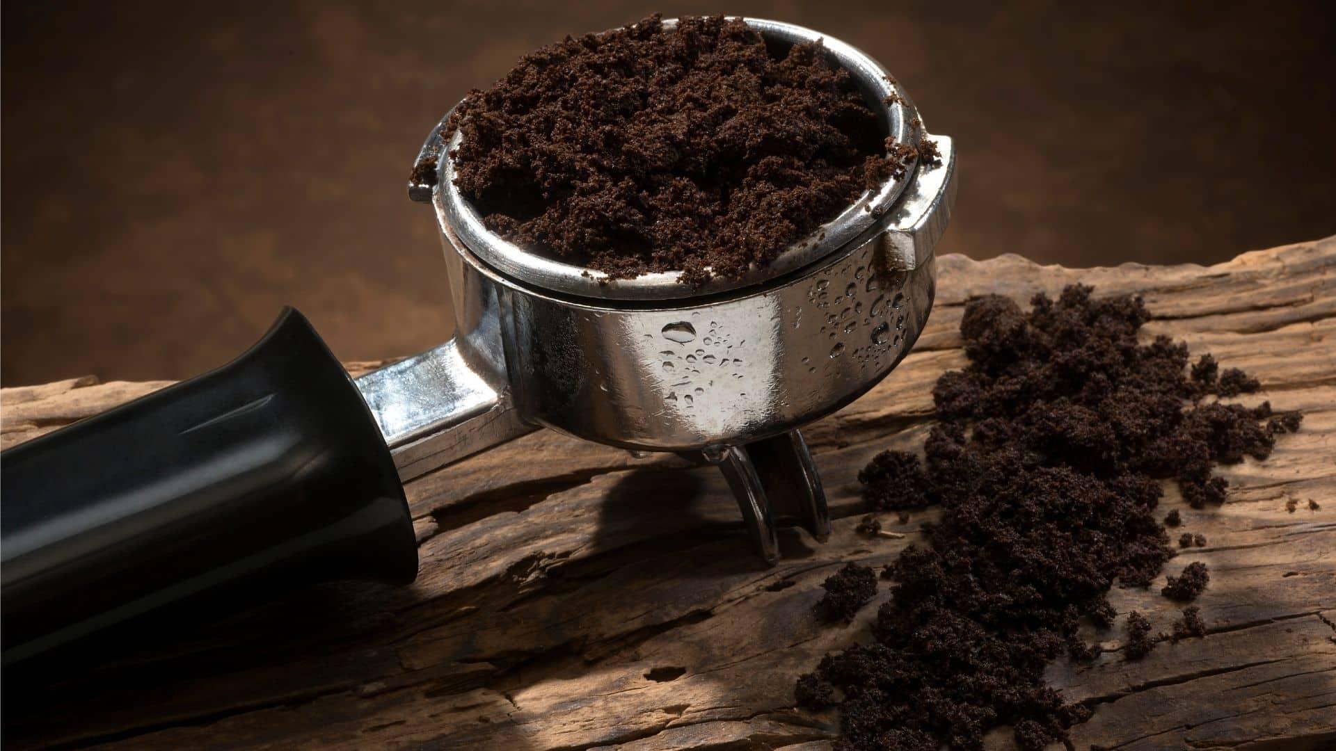 A kávézacc körülbelül 1,45% nitrogént tartalmaz. Magnéziumot, kalciumot, káliumot és más nyomelemeket is tartalmaznak. Egyéb zöld komposzt anyagok közé tartoznak az ételmaradékok és a fűnyírás melléktermékei.