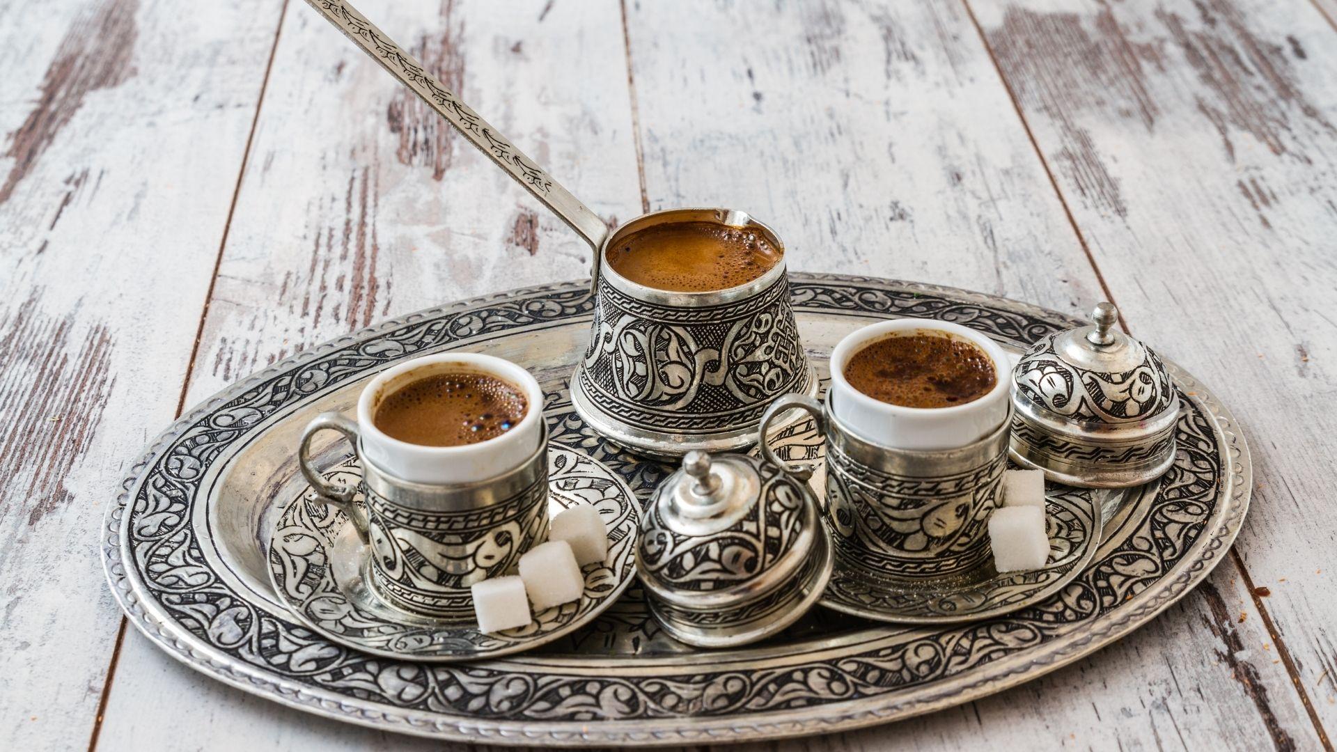 Tanulja meg, hogyan készítsen török kávét otthon anyámtól megtanult módon. A következő bejegyzés lépésről lépésre mutatjuk be, amely bemutatja a szükséges felszerelést, az édesanyámnak a török kávé recept változatának megfelelő kiszolgálását, valamint néhány információt a török kávéról és jövendőmondásról.