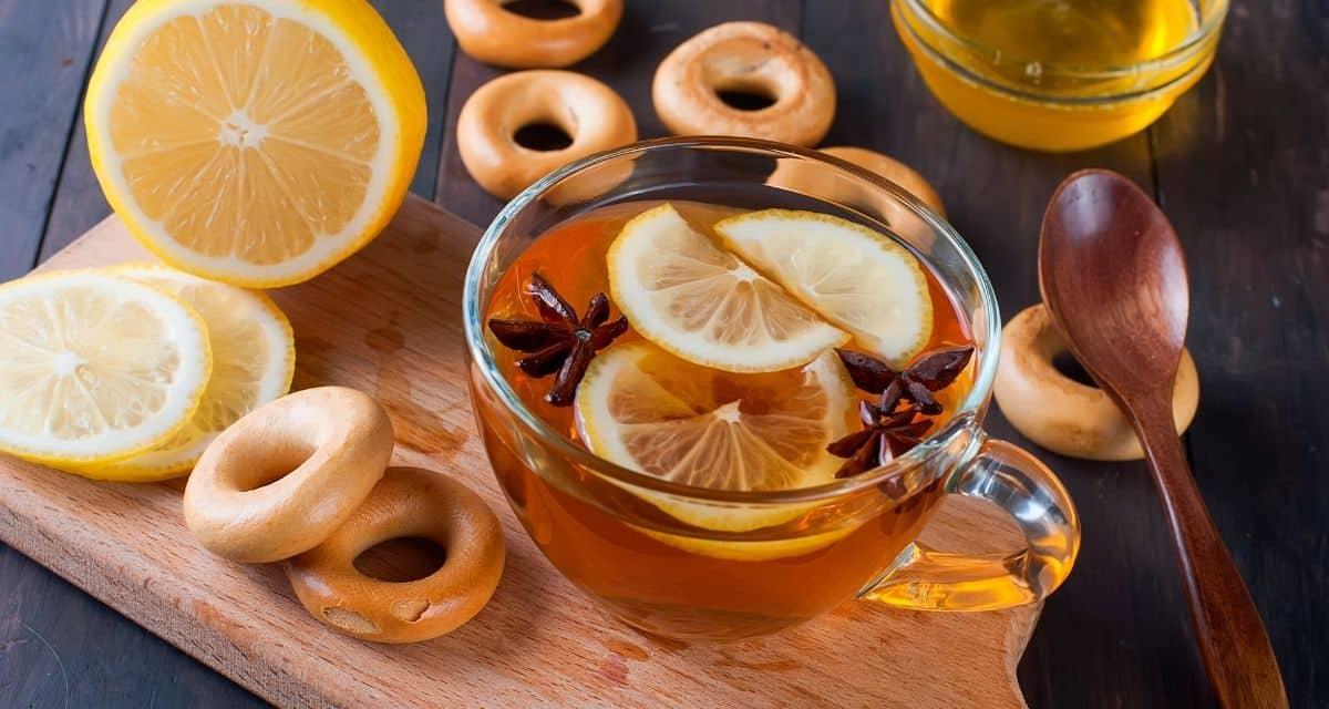 Mi a apróbojtorján tea hatása? Mi a bojtorján gyökér tea? A apróbojtorján tea, vagy a bojtorján tea, mint néha ismert, a bojtorján növény gyökeréből származik. Eredetileg a hagyományos kínai orvoslásban használták, mielőtt népszerűvé vált a nyugati gyógynövényekben. A bojtorján növény több része ehető, beleértve a gyökeret, a leveleket és a szárat is. A gyökér azonban a legnépszerűbb rész, amelyet különböző konyhákban és teában használnak.