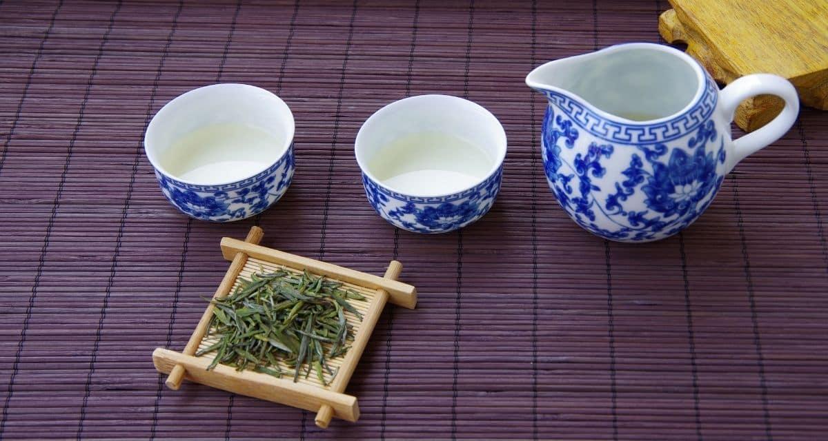 A Basilur Tea Dr. Gamini Abeywickrama alapította, aki évtizedes tapasztalattal rendelkezik a legfinomabb minőségű ceiloni tea gyártásában és exportálásában. Dr. Gamini az egész világnak ajándékozni akarta a ceiloni teát. Ezt azonban különös módon akarta megvalósítani. Azt akarta, hogy a tea ne csak ital legyen. Azt akarta, hogy a tea élmény legyen. Ezért társult Andrey Mareev úrral, a vezető kreatív igazgatóval, akinek mágikus ereje a világ legjobb teaterveivel és segédanyagaival ajándékozta meg a teaipart. E partnerség révén született meg a Basilur Tea!