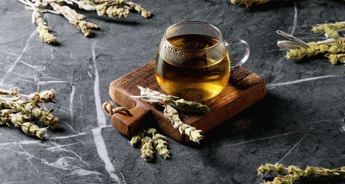 A görög hegyi tea Sideritis növények szárított leveleinek és virágainak (vasfű) felhasználásával készítik. A tea megnevezése találó: A készítéséhez használt növény sziklás lejtőkön található, 975 m feletti magasságban. Ezek a növények szívós virágzású évelők, amelyek alkalmazkodtak a túléléshez kevés vízzel és kevés talajjal. Ennek a növénynek csak egy fajtáját