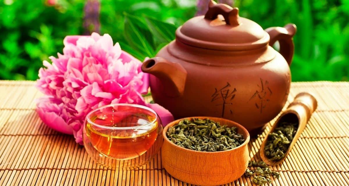 Tea szertartások és szokások: A kínai üzleti etikett elfelejtett része. Ha üzleti célból látogat Kínába, mindig ajánlott elmélyíteni a kínai kultúra megértését. Bár az interneten könnyen megtalálhatók a kínai üzleti tevékenységről szóló cikkek. Vagy a közös kínai szavakat és kifejezéseket tartalmazó lista, nincs olyan cikk, amely a kínai zöld teák etikettjére vonatkozik. Mégis, a tea gyakorlatilag szerepet játszik minden üzleti találkozón. Valójában a tea fogyasztást ragaszkodási élménynek tekintik, amely elengedhetetlen a sikeres üzleti üzlet lezárásához!