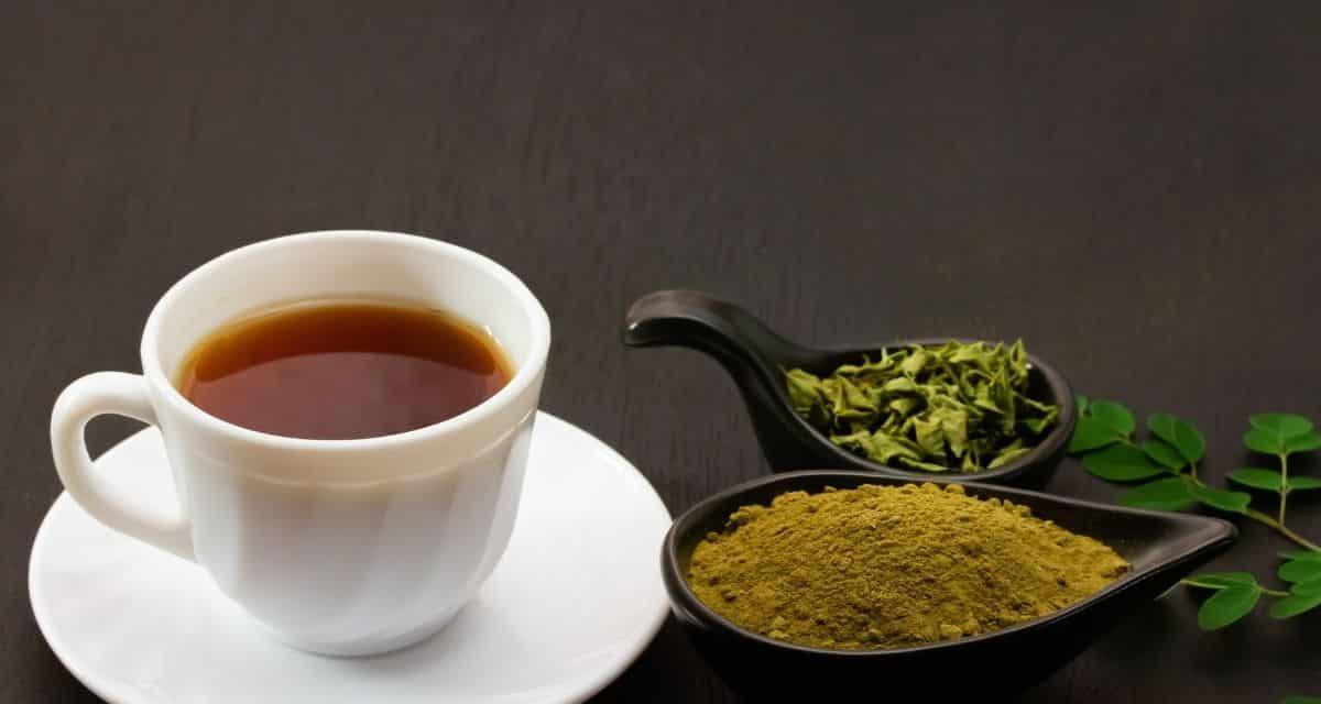 A gyógyteák világa ugyanolyan kitűnő, mint az igazi teák világa. Több ezer illatot, ízt és előnyöket kínál. Míg egyes teák, mint a kamilla, a gyömbér és a borsmenta, sok háztartásban már alapelemek lehetnek, mások még mindig ritkák és ismeretlenek, de mégis csodálatosak. Moringa tea az egyikük.