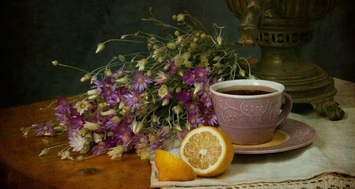 Lehet, hogy az édes tea az év nagy részében a déli ital, de télen az orosz tea megnyugtató bemelegítést nyújt hűvös napokon. Amint azonban már észrevehette, az orosz teának nagyon kevés köze van Oroszországhoz. A tea a citrommal és cukorral ellátott fekete teáról kapta a nevét, amely a 19. század végén és a huszadik század elején a felsőbb osztályú oroszok előnyben részesített itala volt. Mielőtt déli alapanyaggá vált, és amelyet évek óta egyházi szakácskönyvekben adtak át.