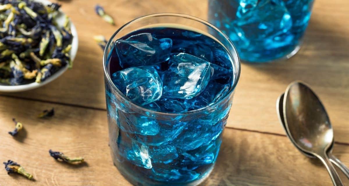 A kék tea, amint a neve is mutatja, kiemelkedő kék színű ital, amelyet a pillangó borsó növény virágából készítenek. Ennek a Délkelet-Ázsiában honos őshonos gyógy cserjének a közönséges nevei a pillangó borsó, a kordofán borsó, a kék borsó, az aparajita és az ázsiai galamb szárnyak. A pillangó borsó tea népszerű manapság.