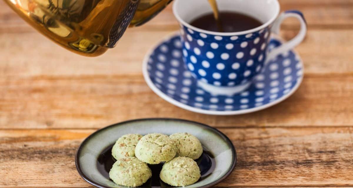 """Hogyan viszonyulnak a tiszta teához? A tea mindenféle típusban, ízben és fajtában kapható, de mindig """"Pure tea"""" ,vagy """"Blended tea"""" lesz. A teák túlnyomó része keverék, például chai, Earl Gray, vagy jázmin. A keverékek világában óriási választék áll rendelkezésre, az enyhén ízesített teától, egyetlen gyógynövény, vagy virág hozzáadásával, egészen a komplex főzetekig, amelyeket úgy terveznek, hogy egy adott ételhez (pl. Mézeskalácshoz, vagy citromos süteményhez) hasonlíthatnak."""